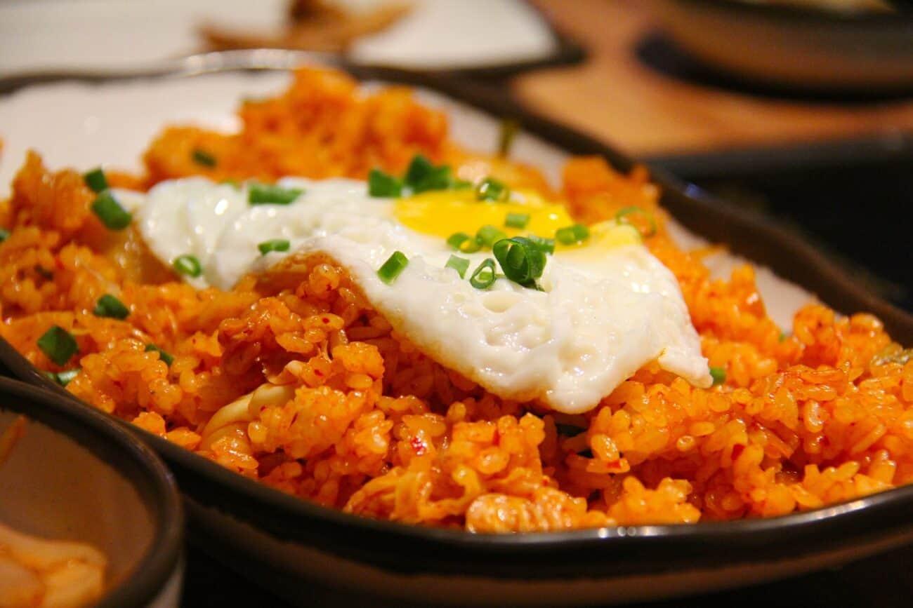 Stegte ris med kimchi og spejlæg