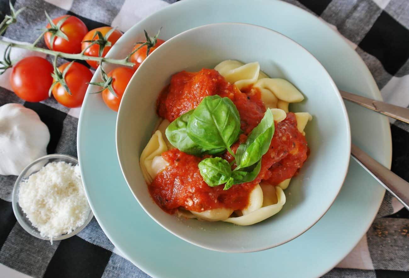 Ravioli med tomatsovs
